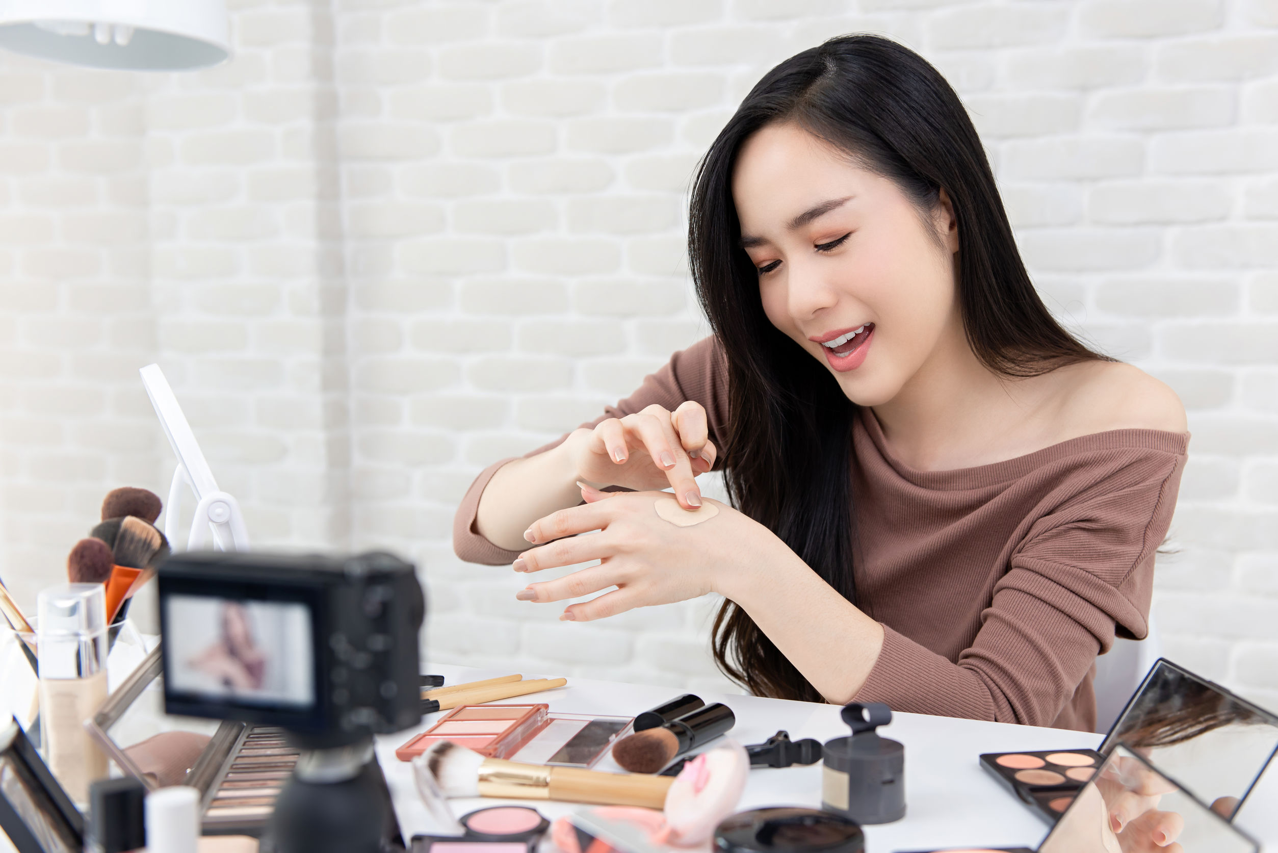 Mujer asiática aplicando maquillaje