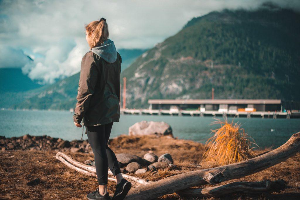 chica de paseo frente a un rio.