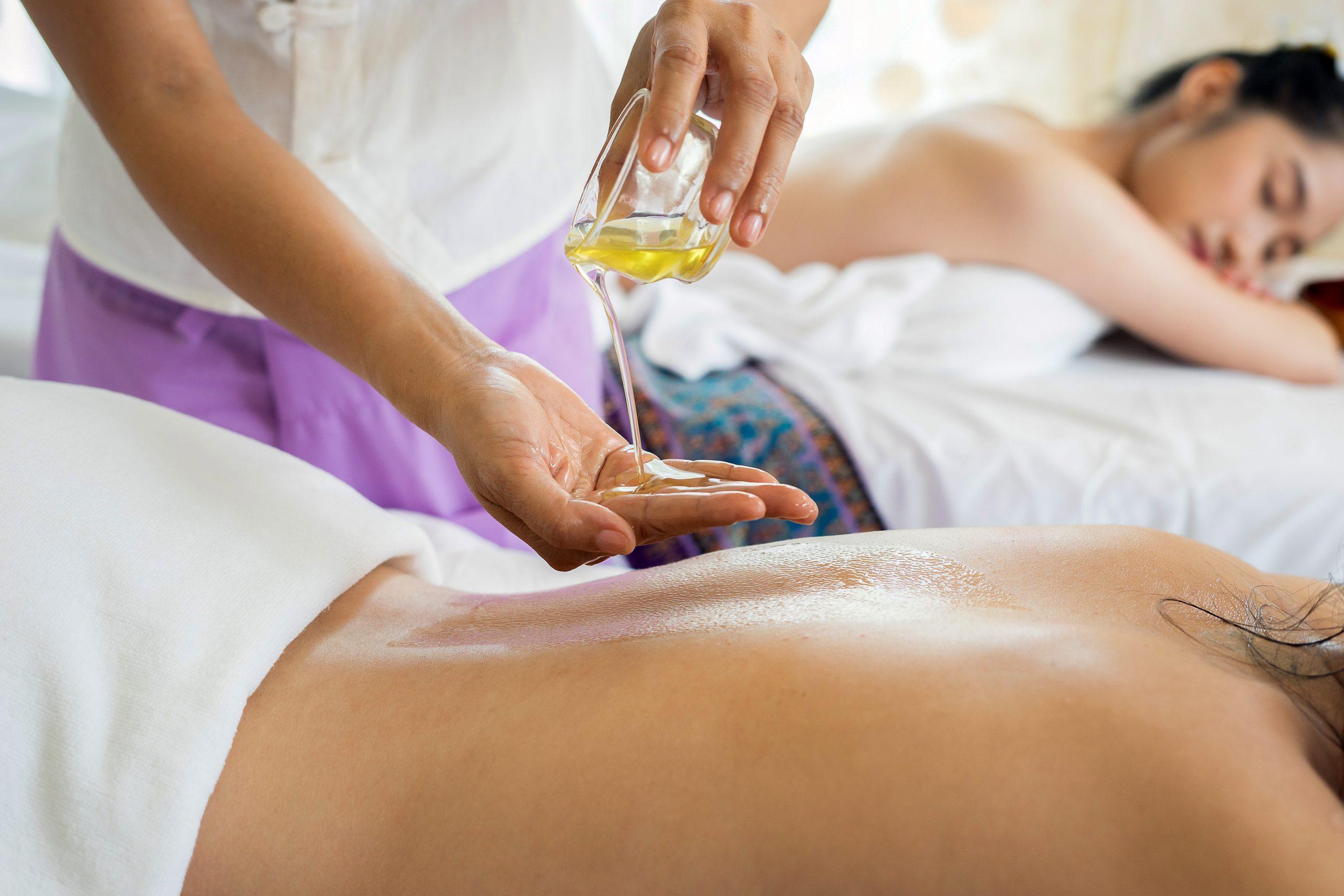 haciendo masaje en aceites