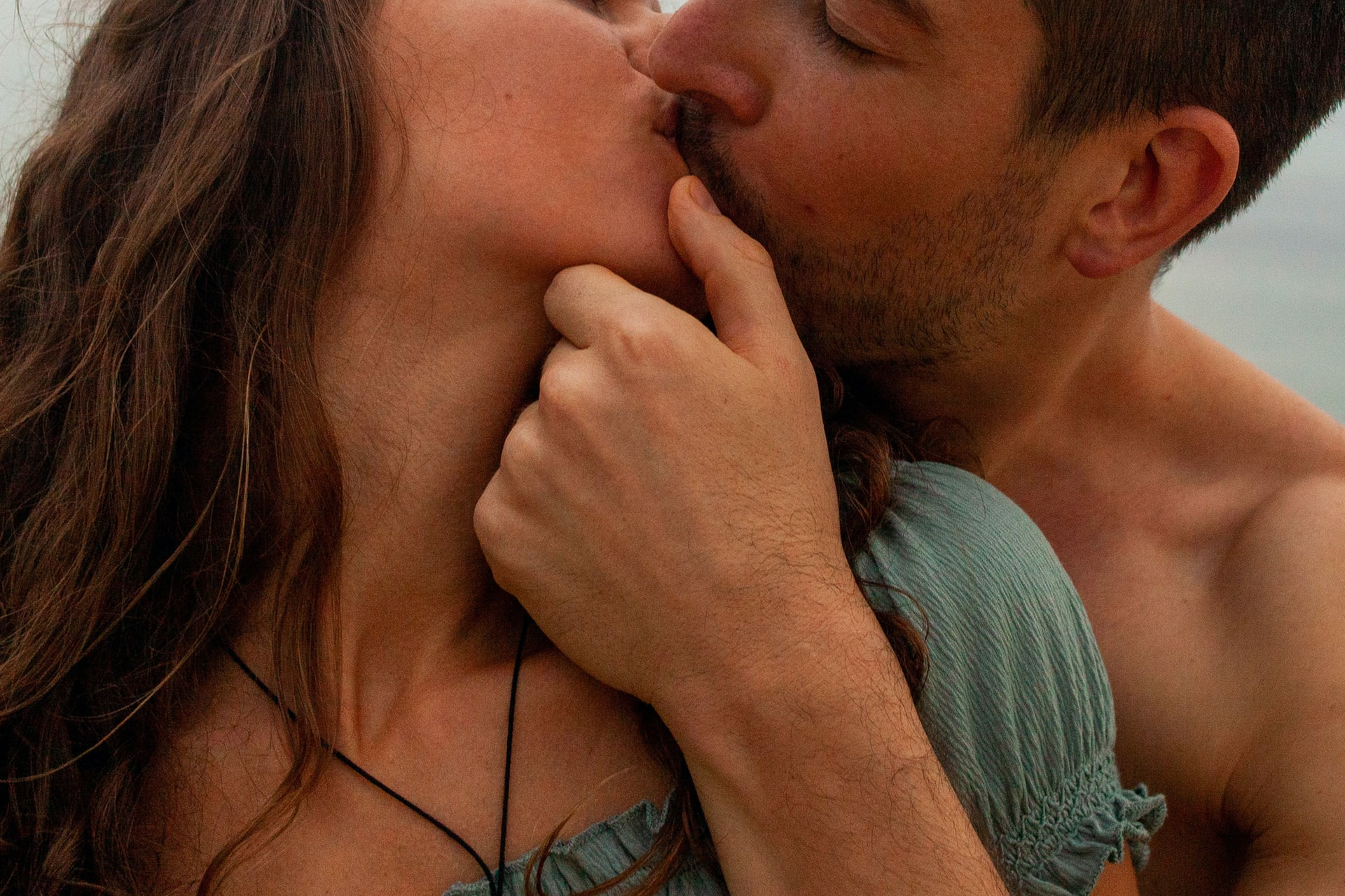 pareja besandose apasionadamente