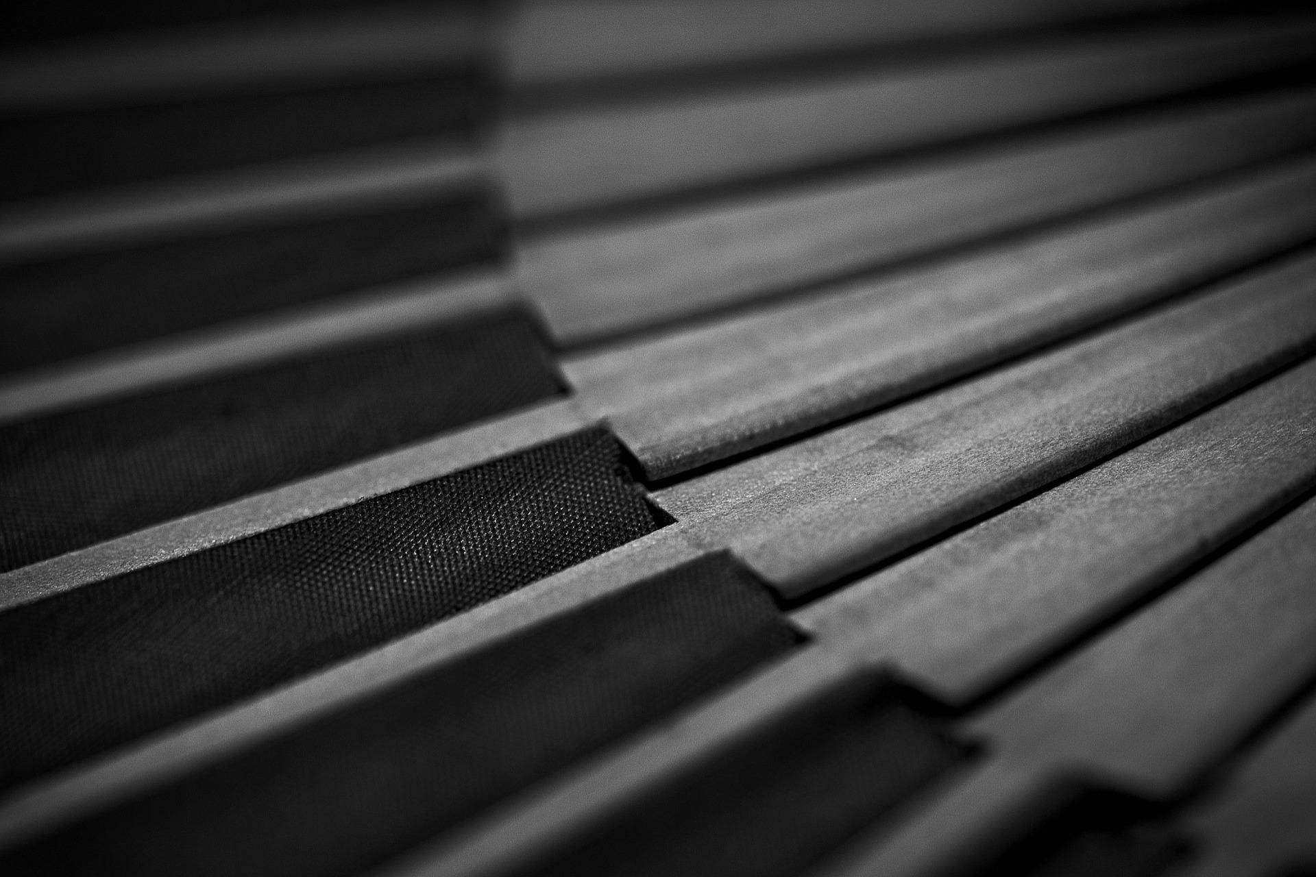 abanico de madera e blanco y negro