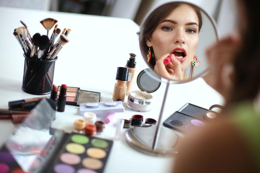 chica maquillandose en espejo