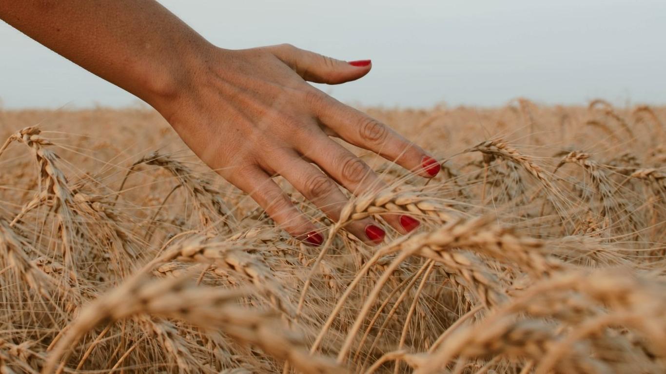 chica en el campo con uñas rojas