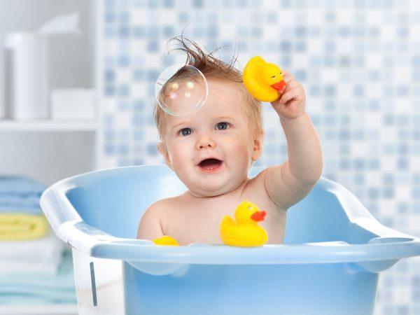 bebe en bañera de burbujas