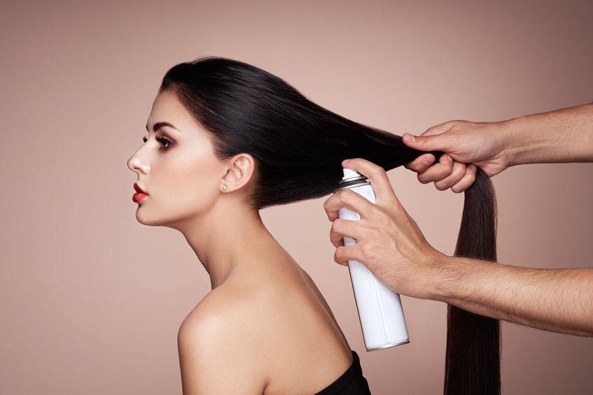 chica aplicando shampoo en seco