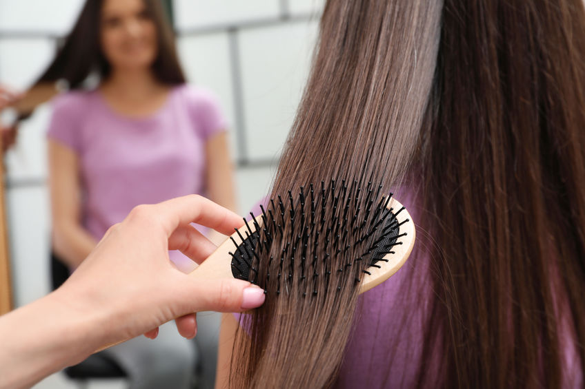 chica cepillando el cabello