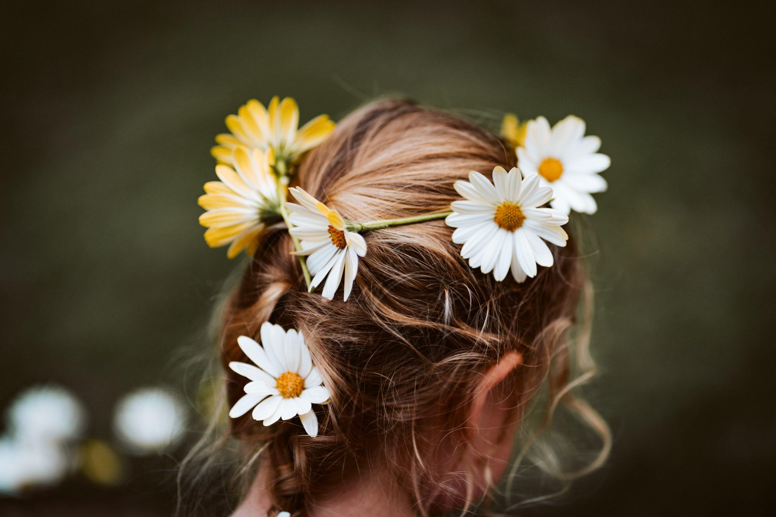 Mujer rubia con flores en el cabello