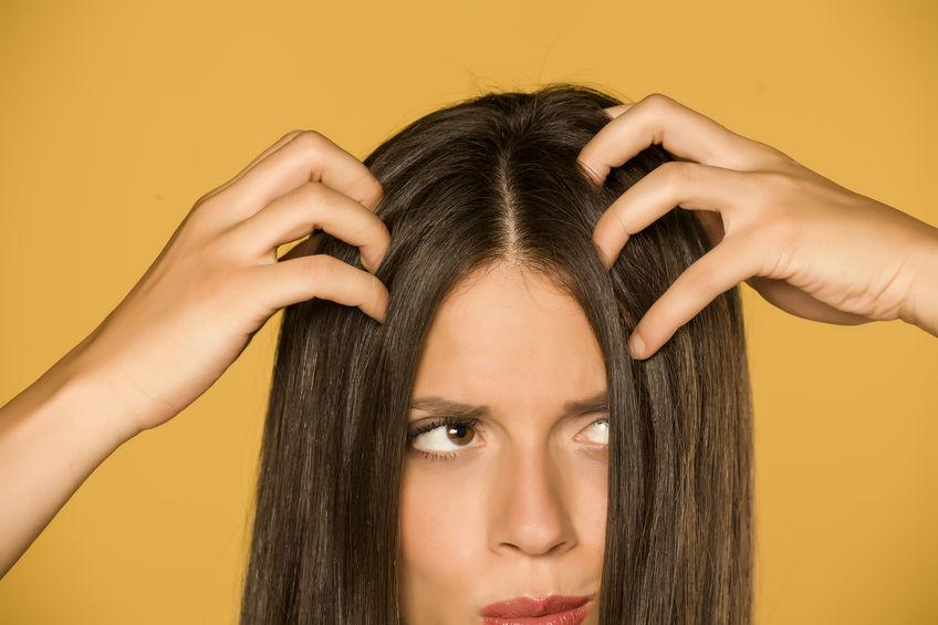 chica con picazón en el cabello