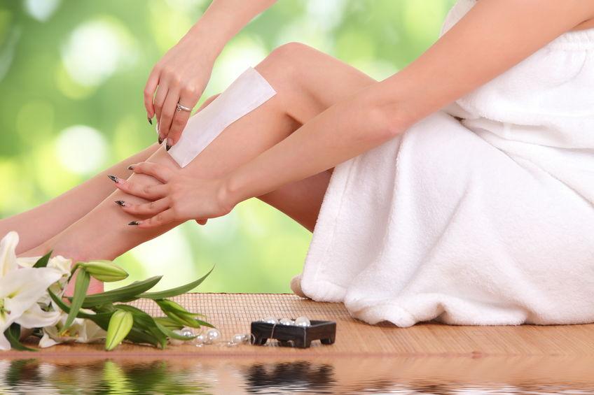 chica depilandose las piernas