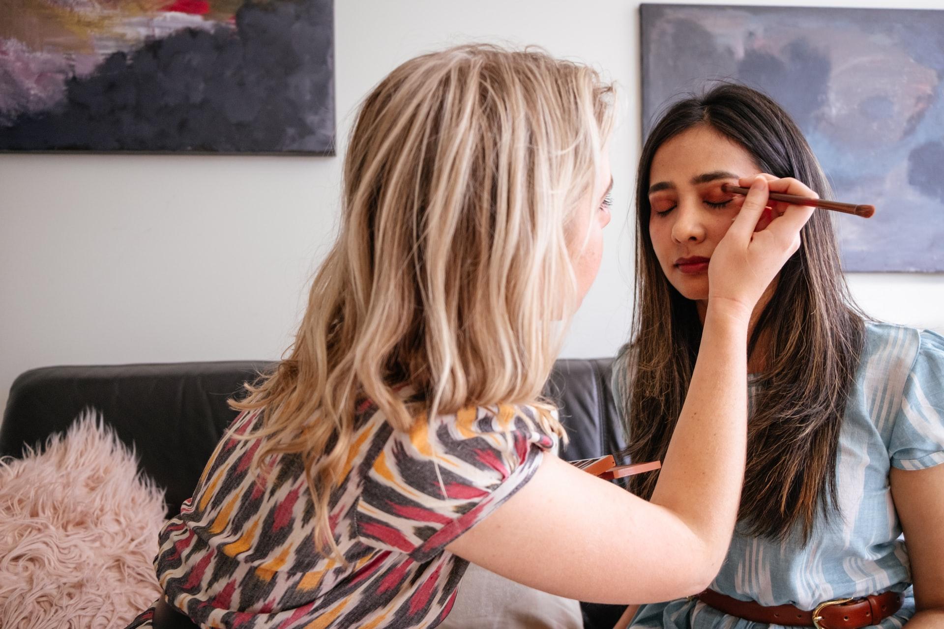 chica sendo maquillada profesionalmente