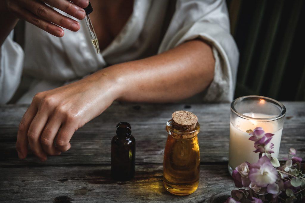 probando aceite en la piel