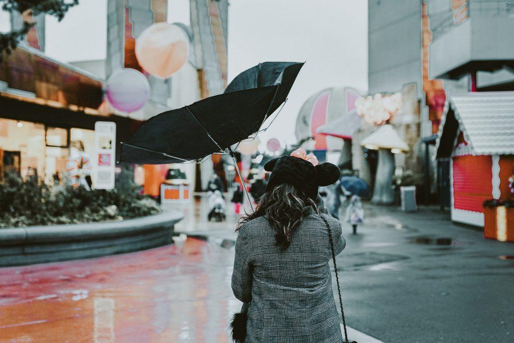 chica con paraguas arruinado
