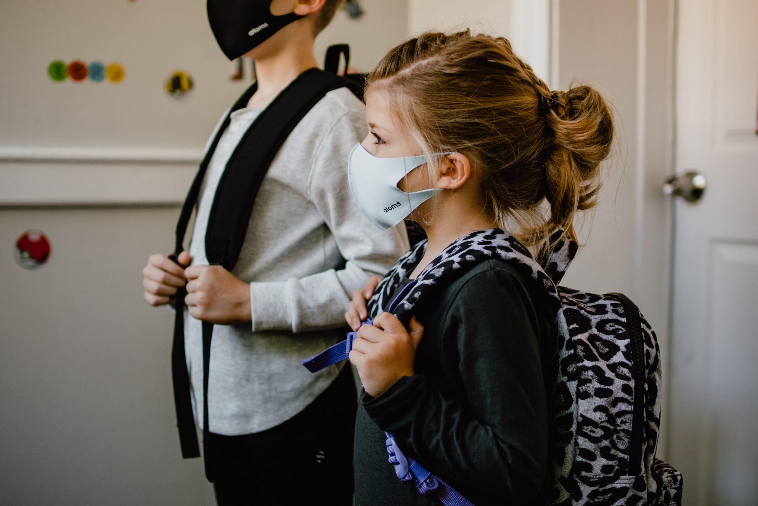 Niños peinados listos para la escuela