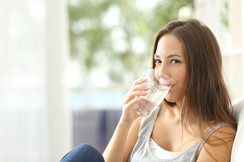 chica tomando agua filtrada