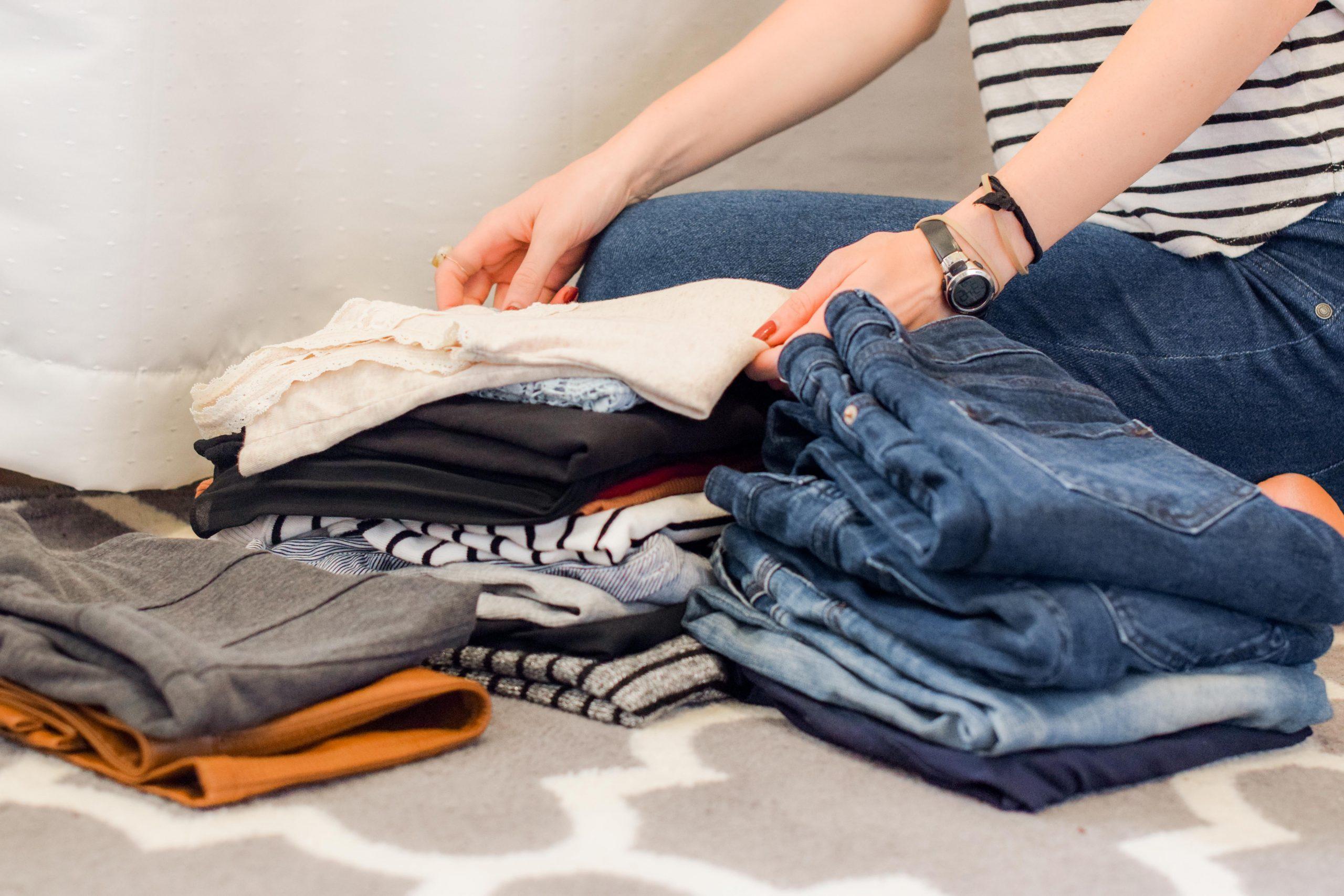 Mujer doblando la ropa