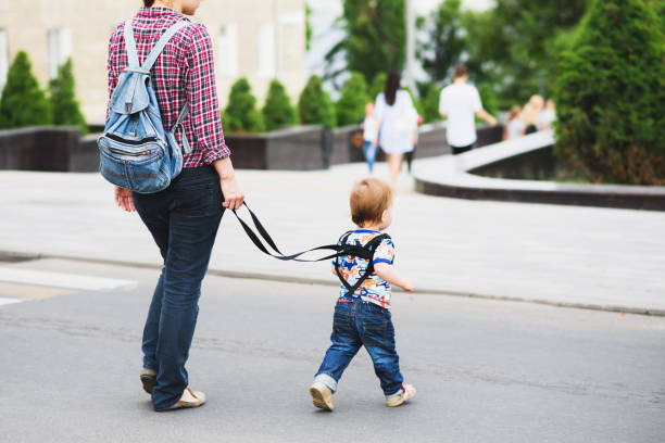 chica paseando a su hijo