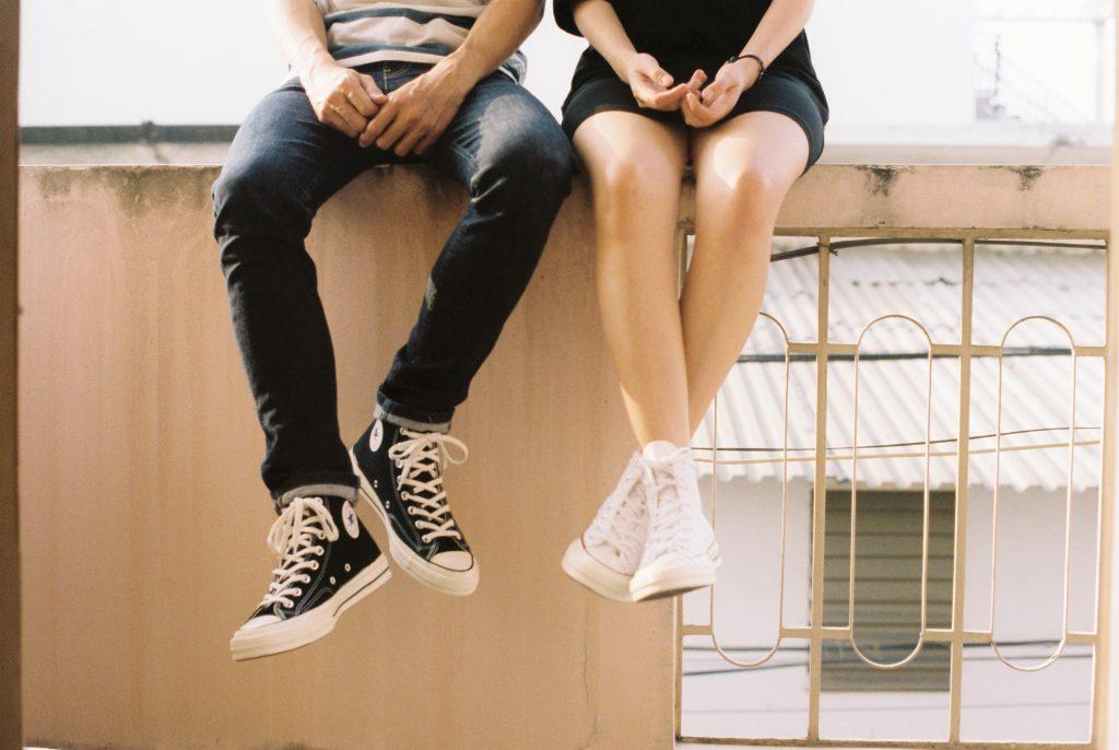pareja usando converse