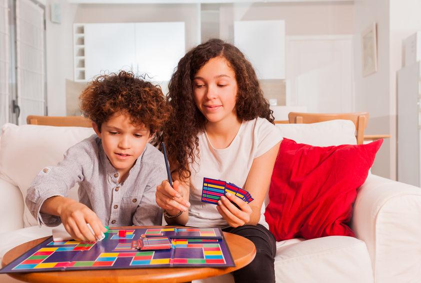 niños jugando juegos de mesa