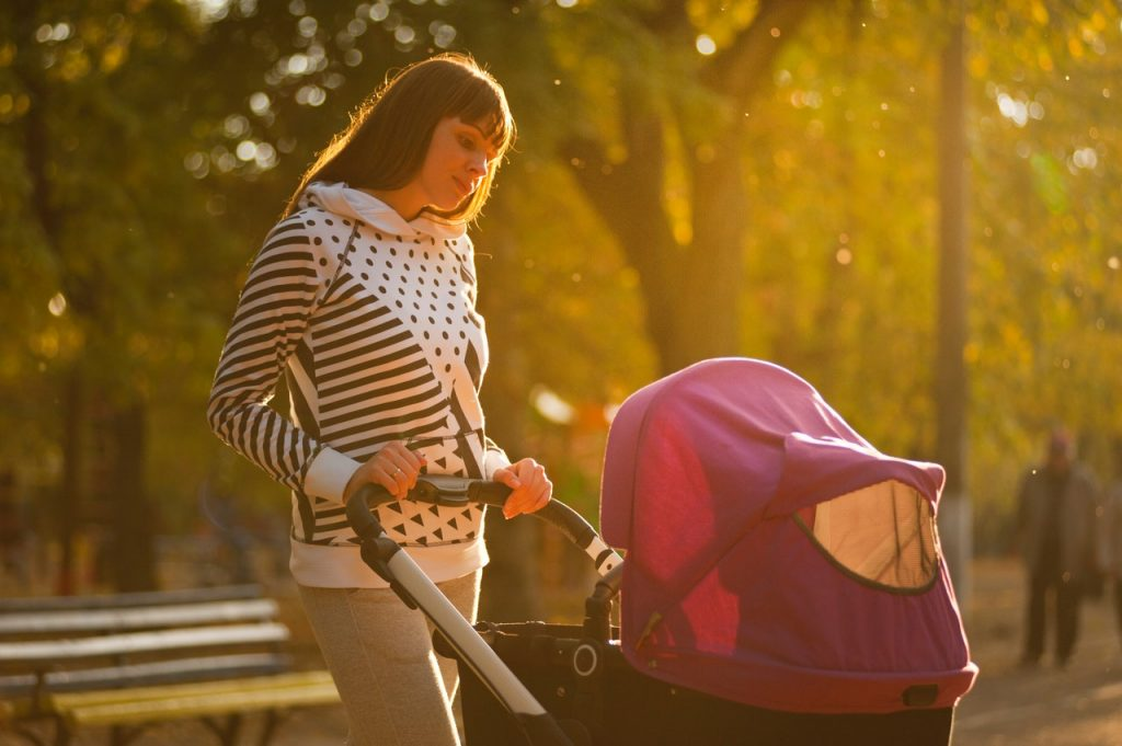 chica de paseo con bebe