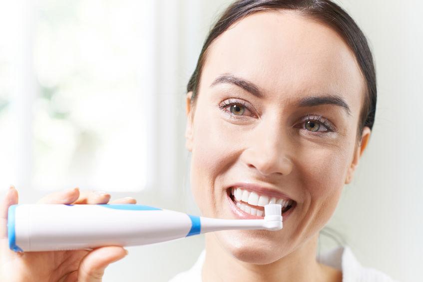 chica cepillandose los dientes