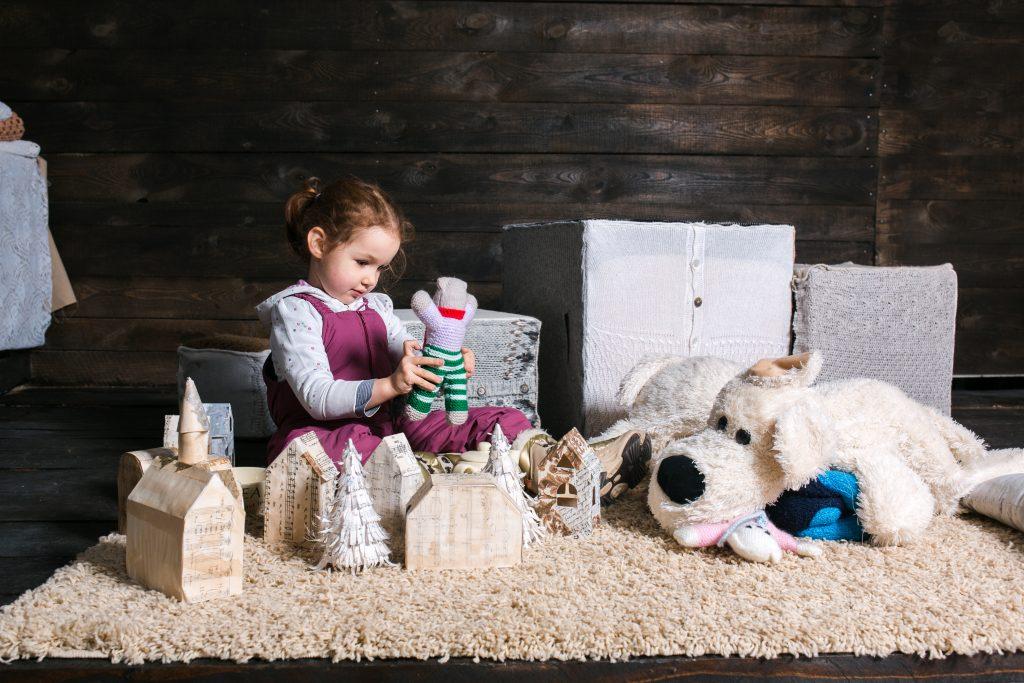 niña jugando sobre alfombra