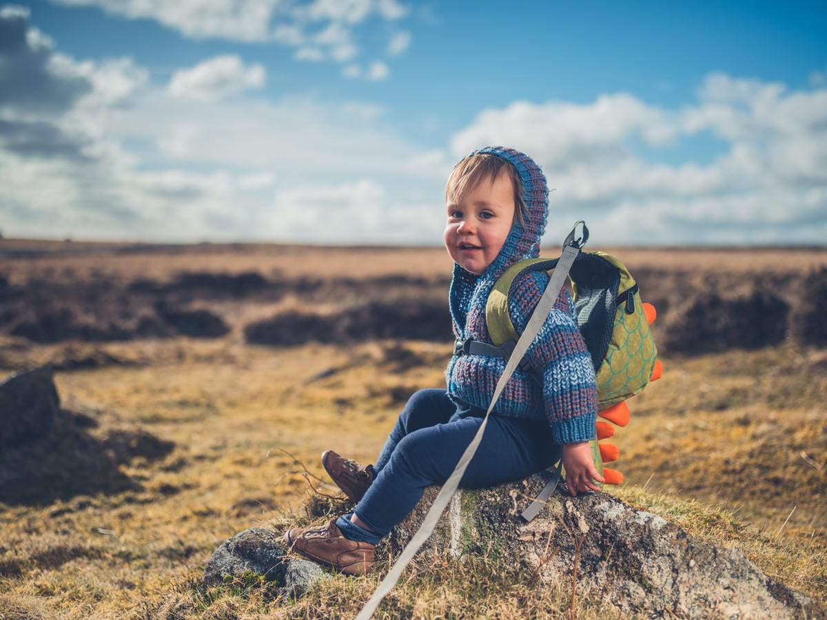 niño en campo abierto