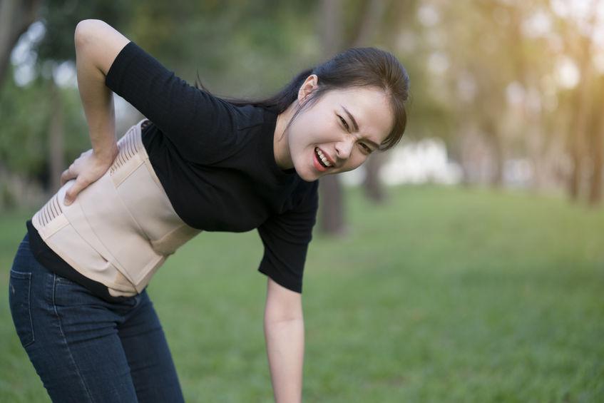 chica con dolor de espalda