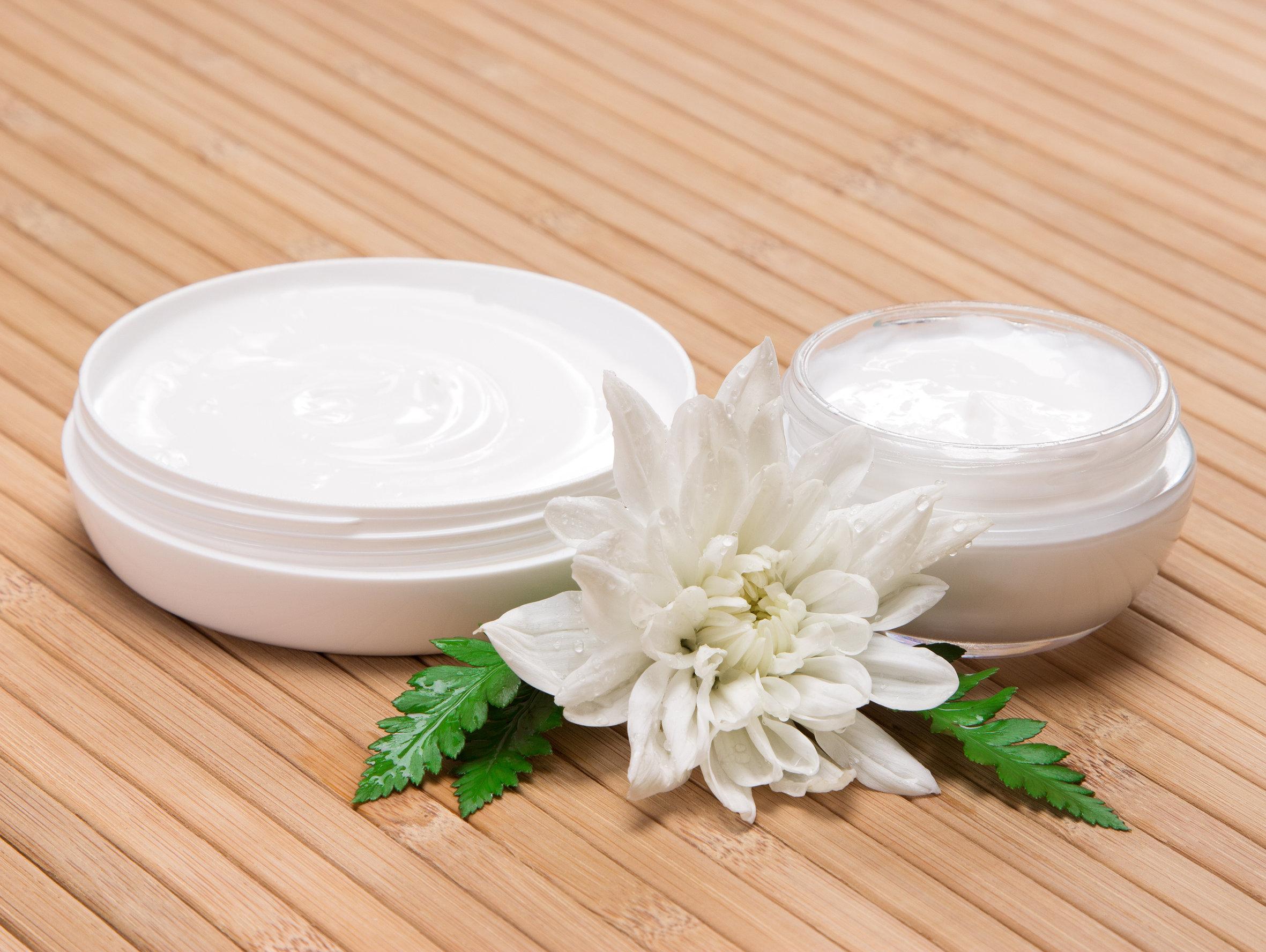 Recipientes con crema para la piel