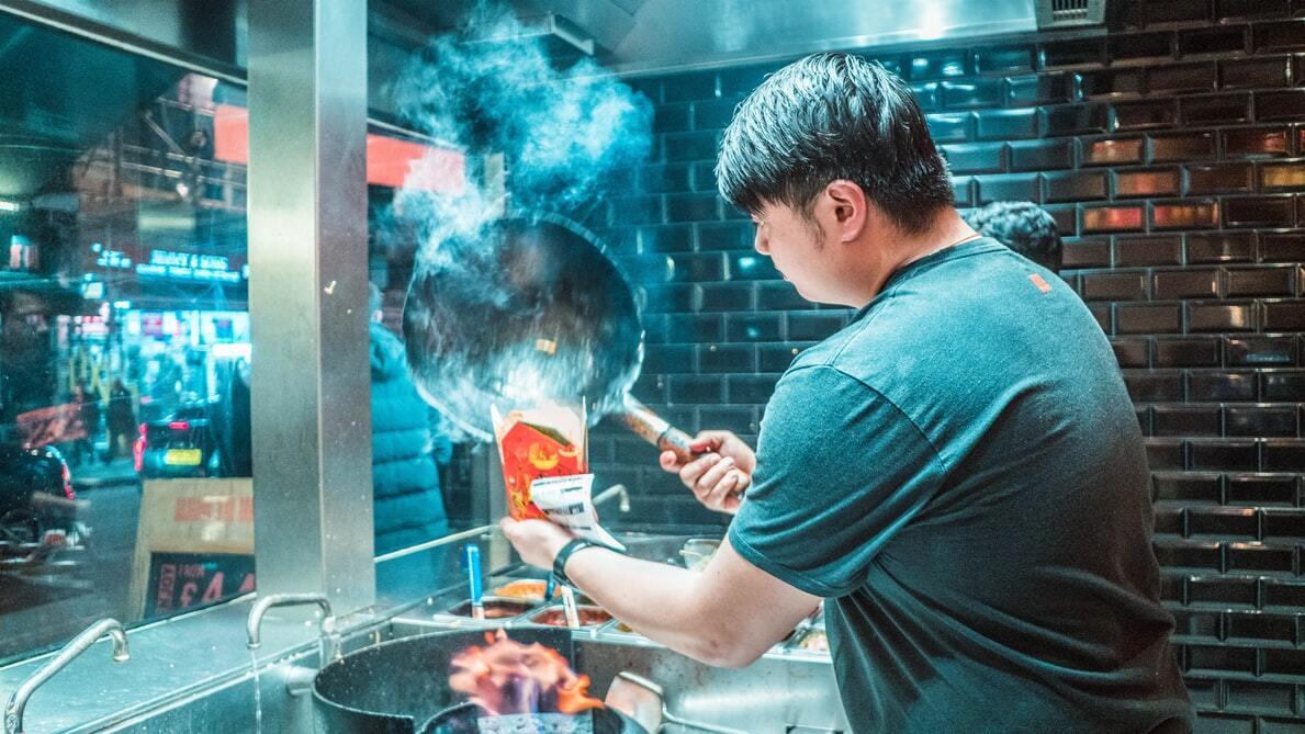 chico trabajando en cocina