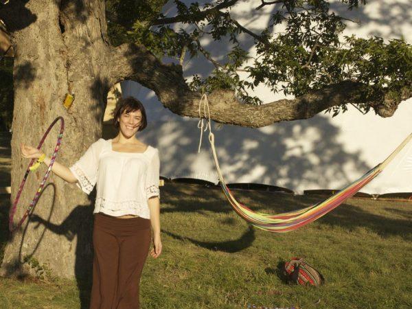 Mujer con hula hula