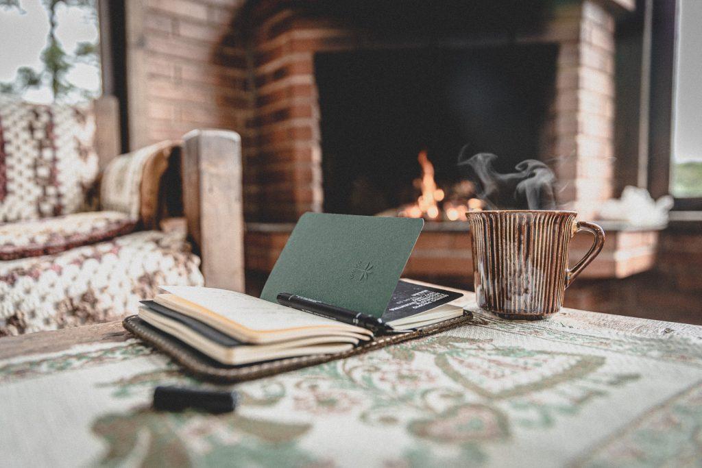 Taza de café en sala de estar con chimenea