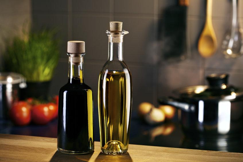 Vinagre y aceite en la cocina