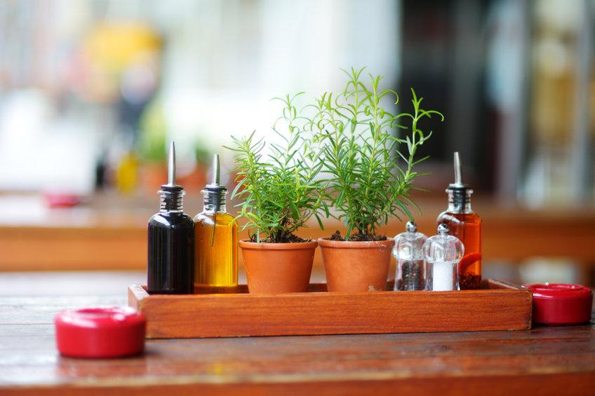 Estante con vinagre y aceite