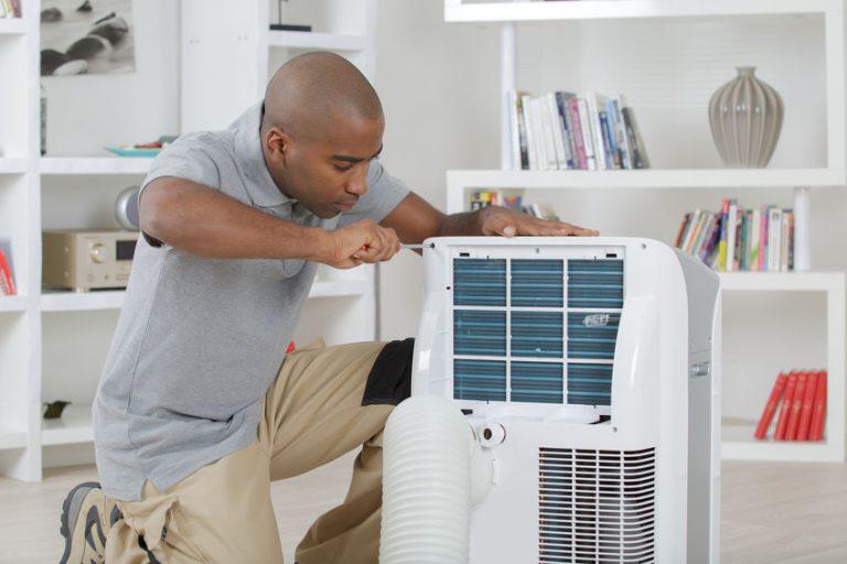 Hombre abriendo un aire acondicionado portatil