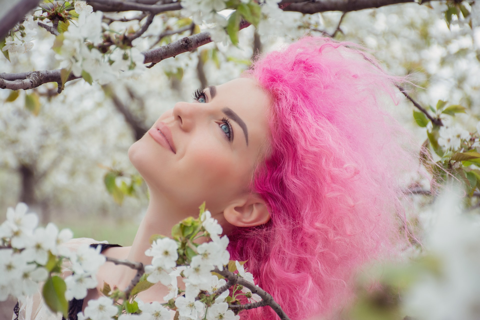 Mujer con cabello color rosa