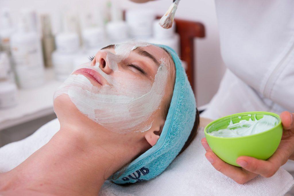 Aplicación de crema en cara de mujer